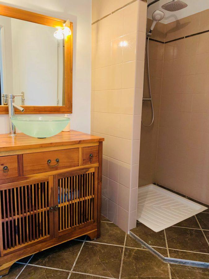 Salle de bain de la chambre La farinière de la chambre d'hote de La pierre écrite à Soulaine d'huys dans l'Aube