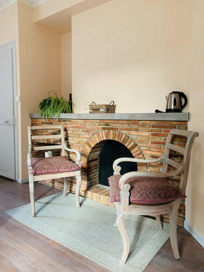 Deux fauteuils de la chambre La farinière de la chambre d'hote de La pierre écrite à Soulaine d'huys dans l'Aube