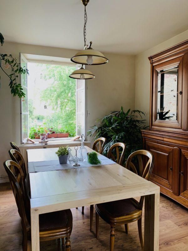Salle a manger pour les petits dejeuner de la chambre d'hote de la pierre écrite dans l'aube