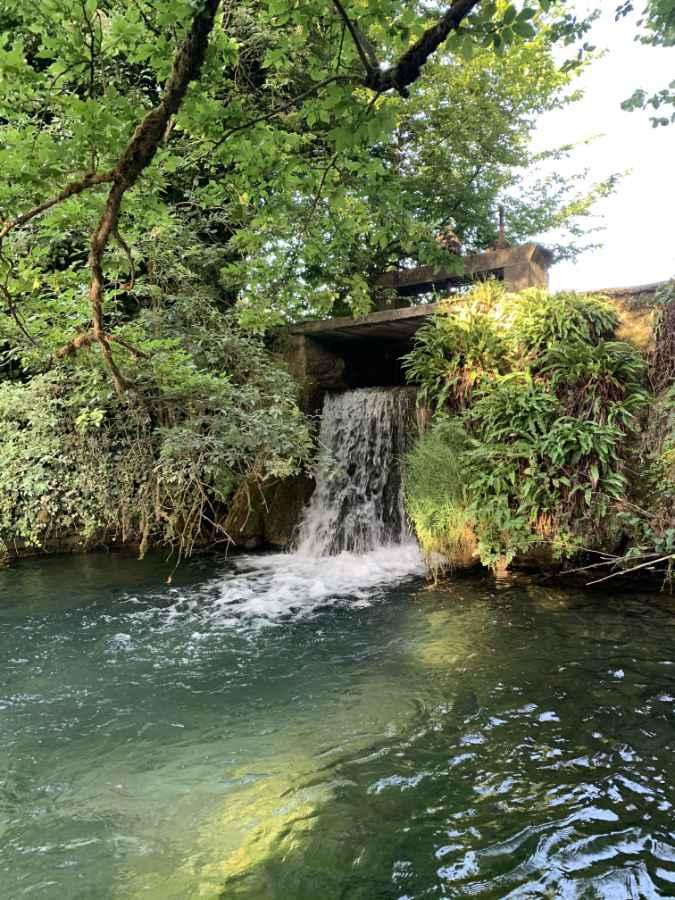 Chute d'eau du moulin de La Pierre Ecrite des chambres d'hôtes dans l'Aube